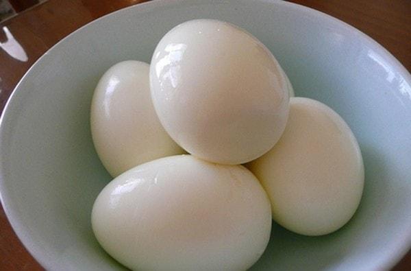 Trứng gà luộc chín, lăn 2 bên nách